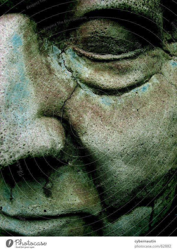 versteinert ... Mann Porträt Denkmal Kunstwerk Erinnerung Verfall Vergänglichkeit labil Farbrest Gesicht Stein verfallen Riss alt