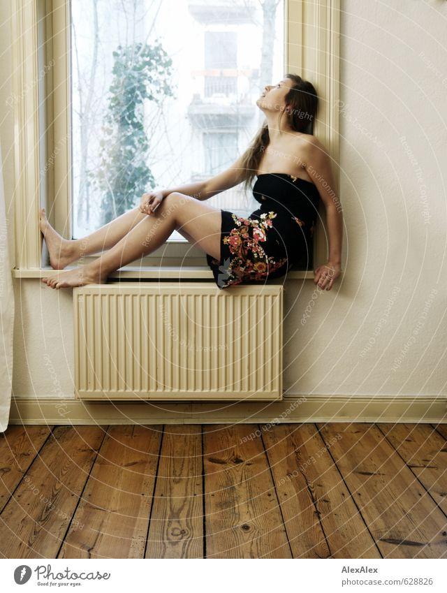himmlisch Junge Frau Jugendliche Körper Beine Fuß 18-30 Jahre Erwachsene Wohnzimmer Dielenboden Fensterscheibe Kleid Barfuß blond langhaarig beobachten sitzen