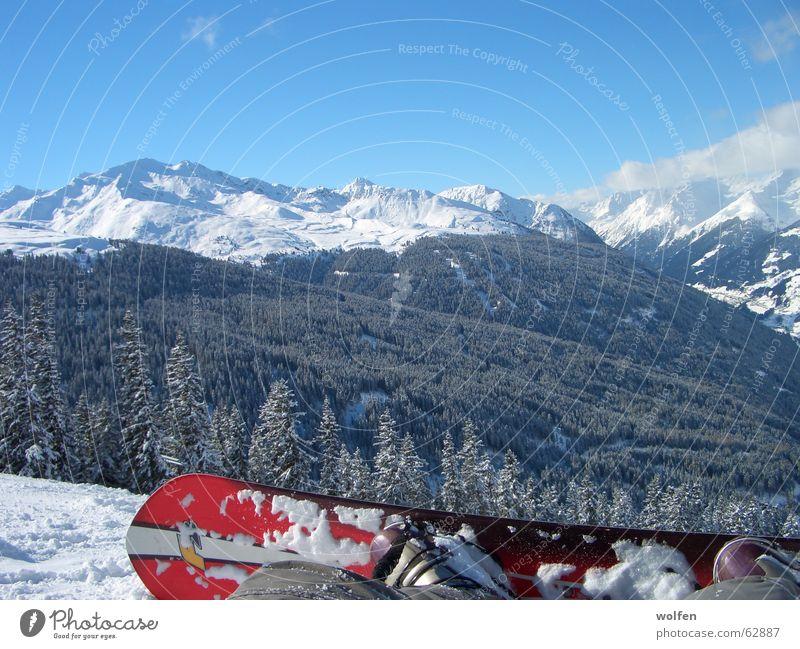 Snow Boarding in the Alps Baum Winter Schnee sitzen groß Schönes Wetter Pause Alpen Schneebedeckte Gipfel Schneelandschaft Tal Snowboard Wintersport