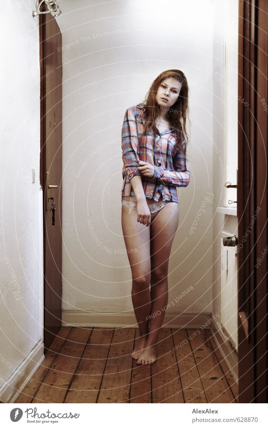 Suche nach dem Sommer Junge Frau Jugendliche Beine 18-30 Jahre Erwachsene Flur Dielenboden Hemd Unterwäsche Barfuß blond langhaarig Blick stehen warten