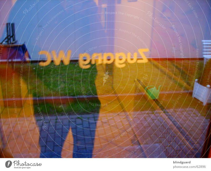 Under Pressure urinieren Reflexion & Spiegelung Fotograf Zugang Ausgang Eingang Alkoholisiert Hose Hemd Glastür durchsichtig Druck druckausgleich druckabbau