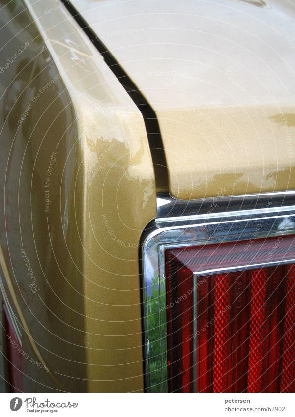 Geometrischer Autobau Chrom rot Blech Oldtimer Youngtimer KFZ Heck Rücklicht Kofferraum Siebziger Jahre ford gold PKW Spalte