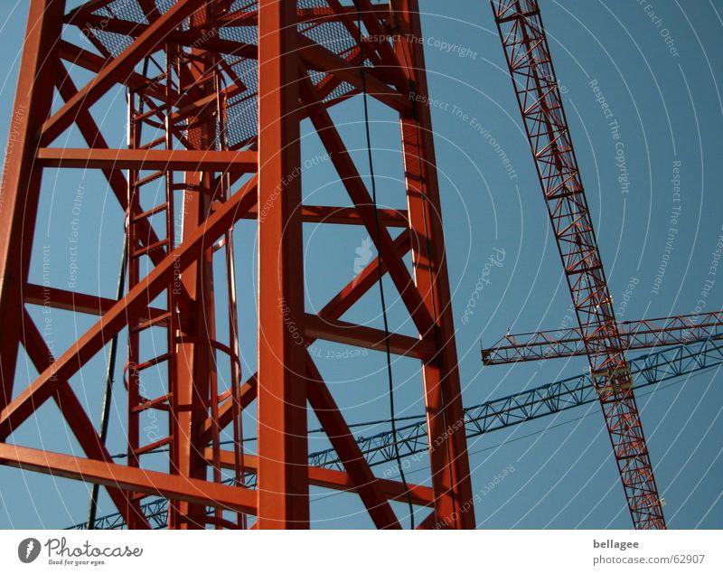 kran-ich-mag Baukran Kran kreuzen bewegungslos Stabilität Stahl Konstruktion Zickzack Baugerüst Niveau Himmel blau Tor Leiter