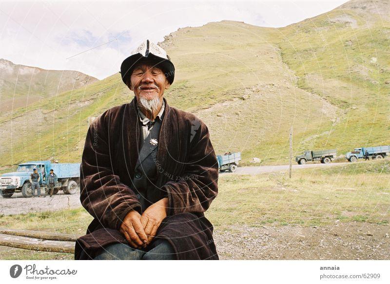Gelassenheit Mann Asien Tadschikistan Grenze Bart Kirgisistan Mensch Porträt ruhig alt Berge u. Gebirge Außenaufnahme einheimisch Asiate Tracht Tradition