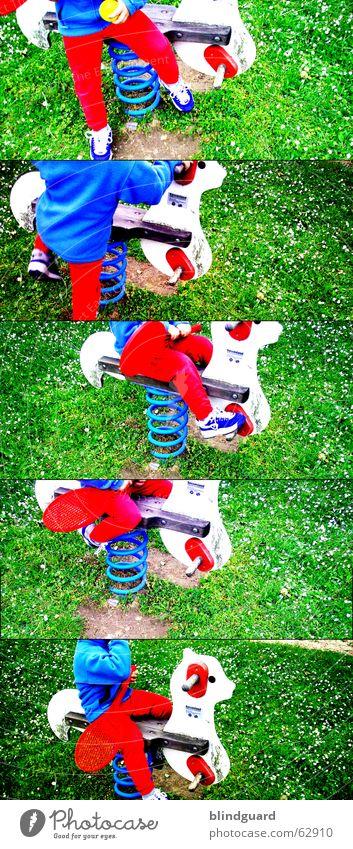 ich weiß nicht ... Spielplatz Freizeit & Hobby Tennis Wippe rot grün aufsteigen Abstieg Gras Blume Freude Rasen blau Bewegung Ball Lomografie
