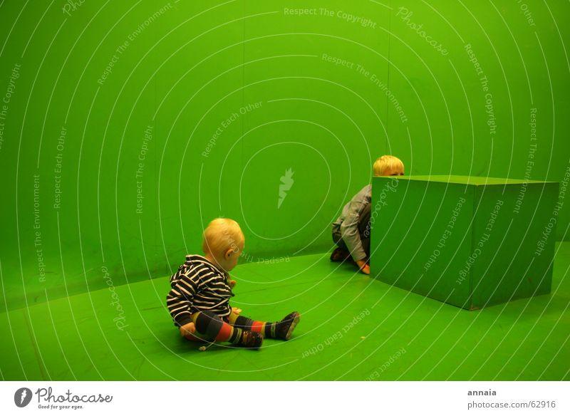 grüner salon Kind grün Raum blond lernen Neugier entdecken verstecken Wohnzimmer Würfel gestreift Versteck