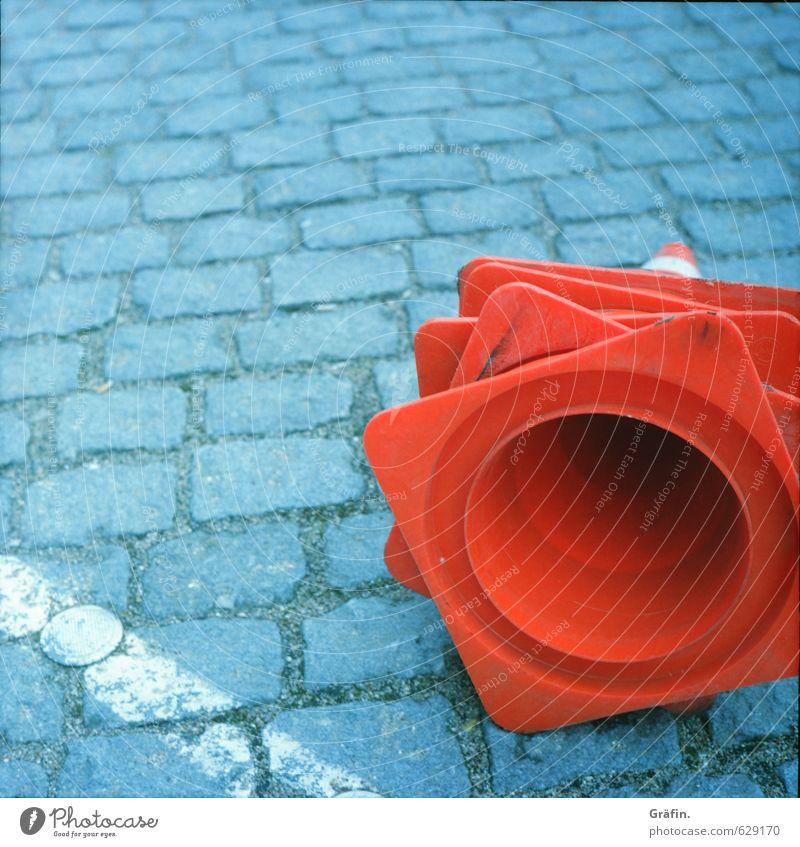 Hütchenspiel Straße Verkehrszeichen Verkehrsschild Kopfsteinpflaster Stein liegen warten Stadt grau rot fleißig diszipliniert Termin & Datum