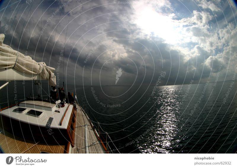 Ruhe vor dem Sturm Segeln Meer Himmel See Schiffsplanken Holz Reling Fischauge Weitwinkel Wolken Sonnenstrahlen Wasserfahrzeug sky sailing sailor Parkdeck