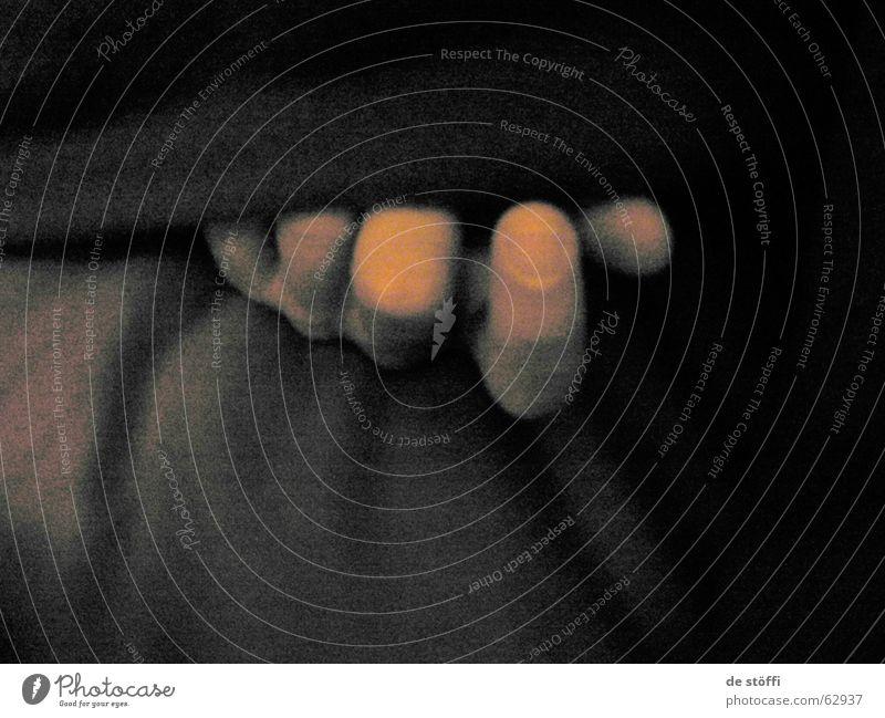 de fingers des schlafenden A.lochs Finger Hand dunkel schwarz Fingernagel Bett Schatten