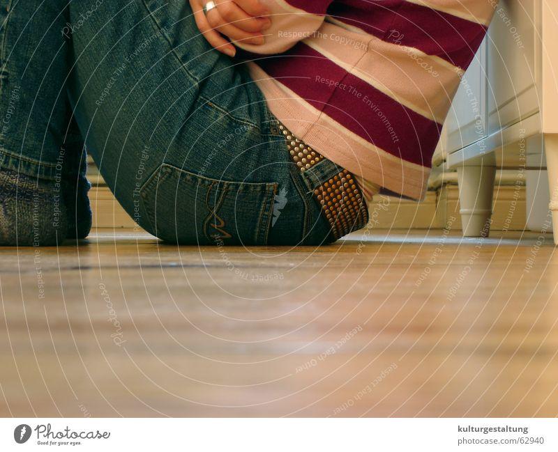 Sitzen auf dem Holzboden Pullover Gürtel Holzfußboden Stillleben Jugendliche lässig Freizeit & Hobby sitzen Mensch Coolness Erholung