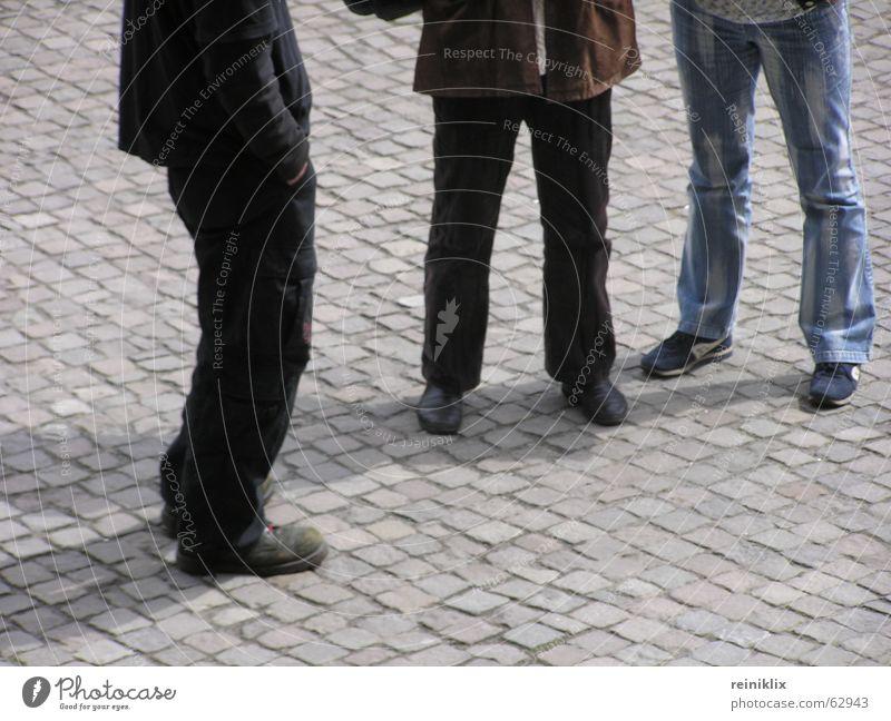 Warten Platz stehen Schuhe Beine warten Pflastersteine