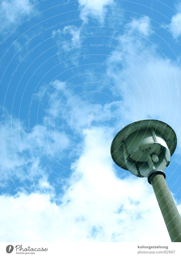 Straßenlaterne in Berlin-Ost Himmel Sommer Wolken Lampe Perspektive Coolness fantastisch Straßenbeleuchtung Strommast DDR seltsam Osten