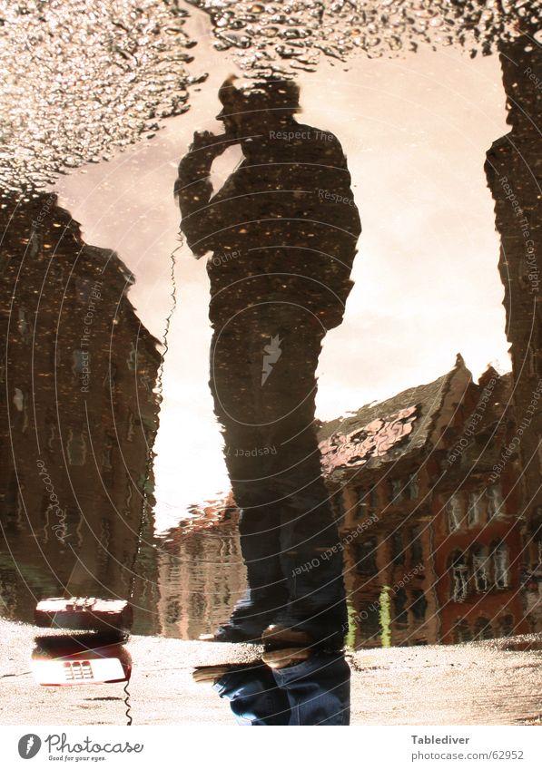 Straßengespräch Frau Wasser sprechen Telefon Spiegel hören Pfütze Telefongespräch Telefonhörer Verständnis begreifen