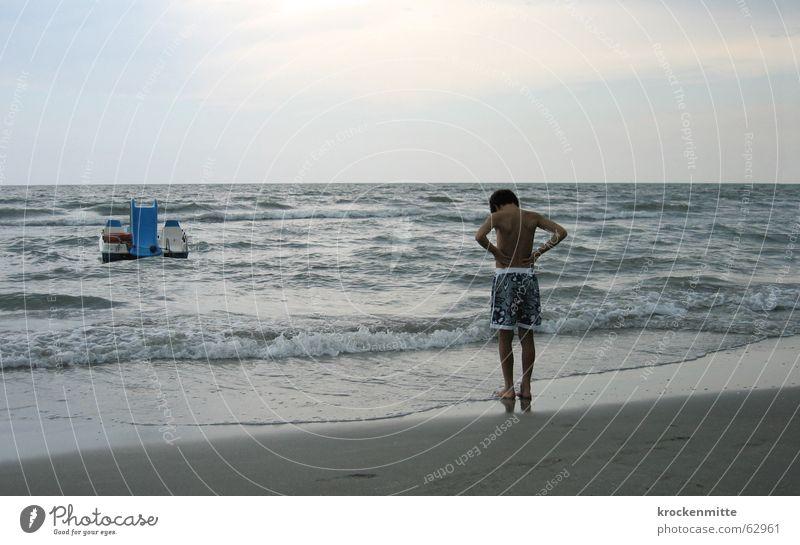 konzentration Kind Wasser Meer Strand Ferien & Urlaub & Reisen ruhig Junge Sand Wasserfahrzeug Wellen Küste warten Italien Konzentration Aufgabe
