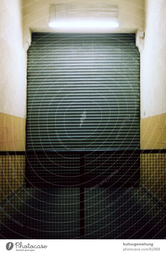Garagentor, Tokio - Japan Traurigkeit Trauer gruselig Tor Neonlicht unheimlich Gitter Tokyo spukhaft