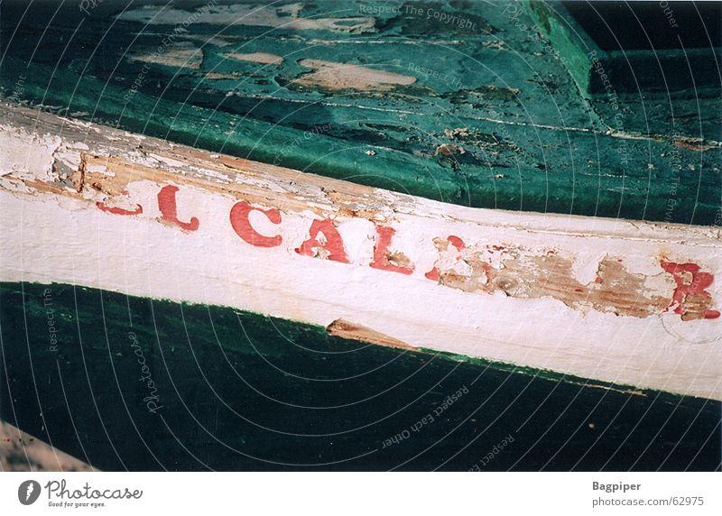Zeichen der Zeit alt weiß grün rot Farbe Wasserfahrzeug Schriftzeichen Spanien Schiffswrack