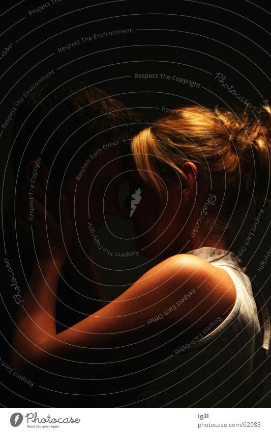 verborgen Mann Kerl maskulin dunkel Frau feminin Umarmen Zärtlichkeiten harmonisch Intimität Liebe Freundlichkeit geheimnisvoll zurückhalten Gefühle