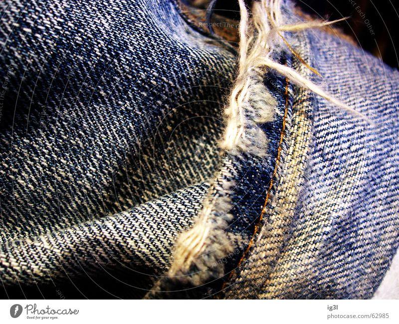 ausgefranst alt weiß blau schwarz Farbe dunkel Beine Wellen dreckig Armut Seil Perspektive modern neu Jeanshose nah