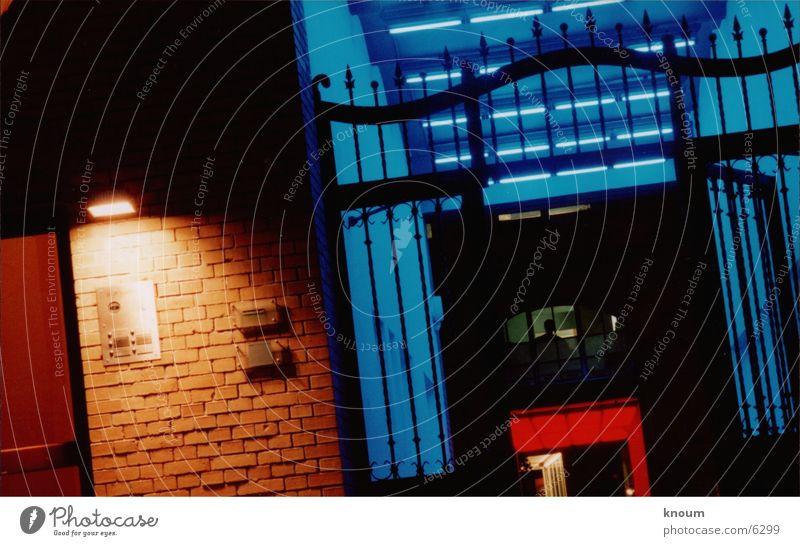 Blue Red Night Nacht Licht Lichtinstallation rot Eingang Fototechnik blau Farbe Berlin Bauernhof