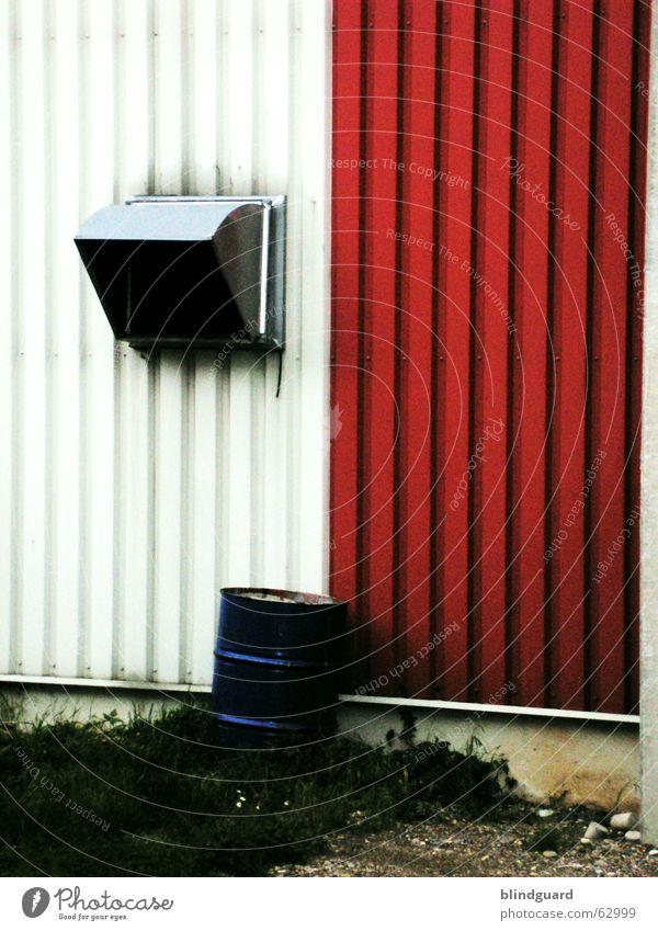 Variationen in Blech weiß blau rot Wand Industriefotografie Lagerhalle Hinterhof Produktion Fass Bauschutt Lüftung