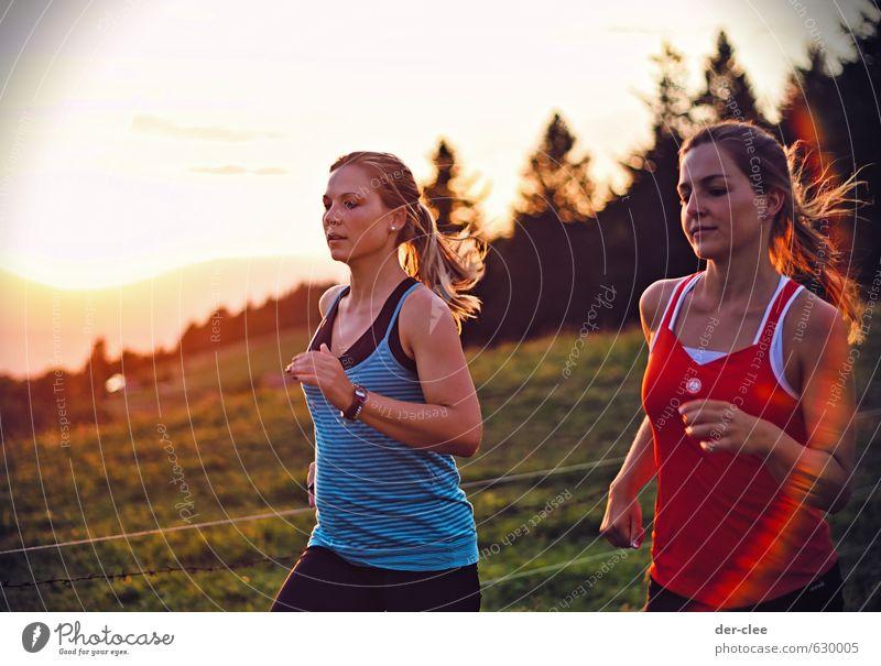 Sonnenlauf Mensch Natur Jugendliche Junge Frau Landschaft 18-30 Jahre Erwachsene Umwelt Berge u. Gebirge Wiese feminin Herbst Bewegung Sport Gras