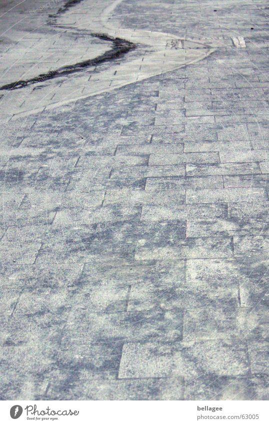 s wie schlangenlinie Kies Spuren vererben grau Schlangenlinie Außenaufnahme Streugut Teer Bodenbelag Stein grau in grau aus der spur Eisenbahn aus der bahn