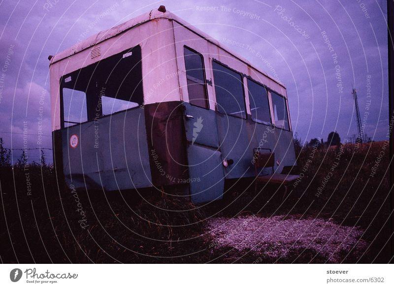 Bus nach Piecky Wiese Europa Polen Abend Himmel bewegungslos