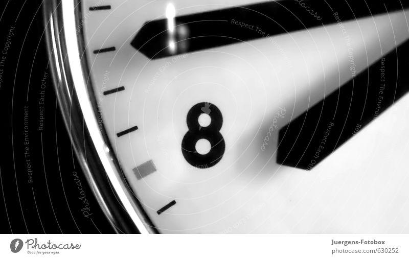 siebzehn vor acht weiß schwarz kalt Zeit elegant Uhr warten modern Glas authentisch Geschwindigkeit ästhetisch Beginn Zukunft Vergänglichkeit retro
