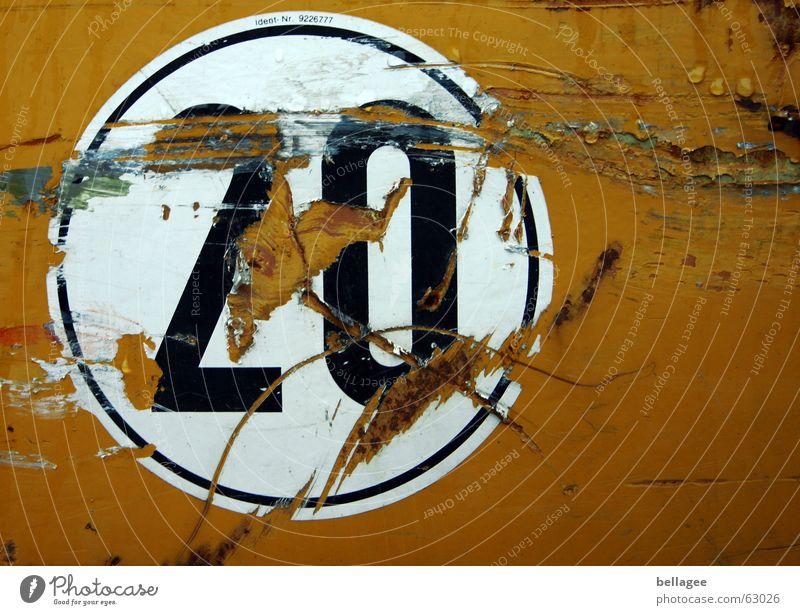 20 gelb alt Etikett kaputt rund Ziffern & Zahlen Rest Fetzen tween zerkratzen orange schrammen Kreis Zerstörung Metall