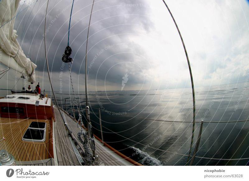 Ruhe vor dem Sturm ll Segeln Meer Himmel See Schiffsplanken Holz Reling Fischauge Weitwinkel Wolken Sonnenstrahlen Wasserfahrzeug sky sailing sailor Parkdeck