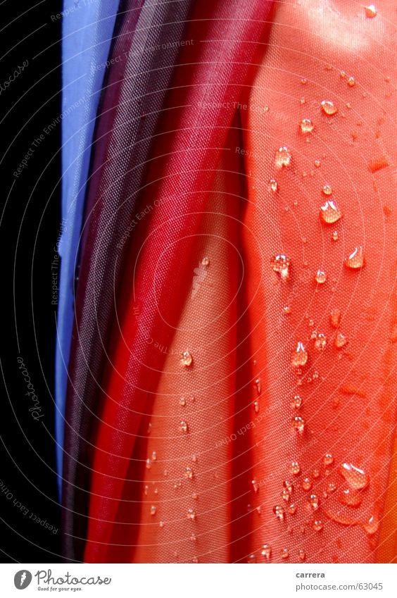 Regenschirm rot nass mehrfarbig Stoff Textilien regendicht wasserdicht Wasser Herbst Wetter wetterfest feucht Makroaufnahme Nahaufnahme orange Wassertropfen