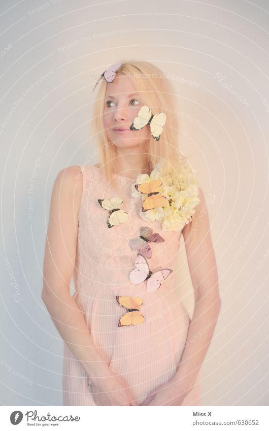 Schmetterlingsflieder Mensch Jugendliche schön Junge Frau Blume 18-30 Jahre Erwachsene Gefühle feminin Frühling Blüte außergewöhnlich Mode Stimmung rosa fliegen