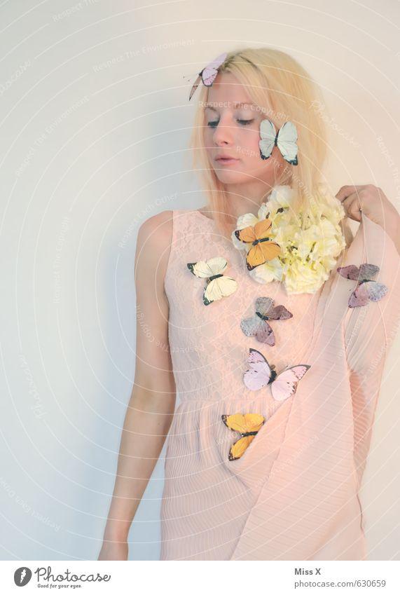 Sommerfee Mensch feminin Junge Frau Jugendliche 1 18-30 Jahre Erwachsene Frühling Blume Blüte Kleid blond Tier Schmetterling Schwarm Blühend Duft fliegen rosa