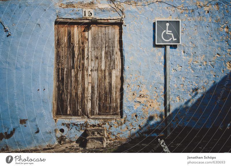 Diese Tür ist zu hoch für Rollstühle blau alt Haus Fenster Wand Mauer braun Schilder & Markierungen Hinweisschild einfach Spanien Zeichen Dorf abblättern