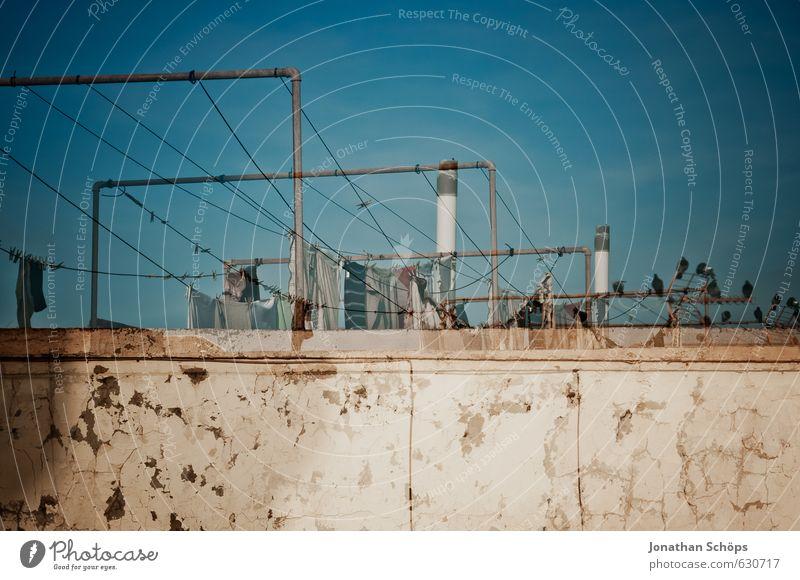 Leine ziehen blau Haus Tier Wand Gebäude Architektur Mauer braun Vogel Dach Spanien viele Bauwerk hängen Doppelbelichtung Wäsche