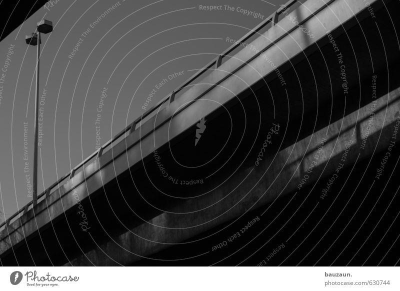 ganz unten. Stadt Straße Wege & Pfade Bewegung Linie Metall Beginn Geschwindigkeit Beton Brücke Wandel & Veränderung fahren Straßenbeleuchtung Stadtzentrum Irritation Autobahn