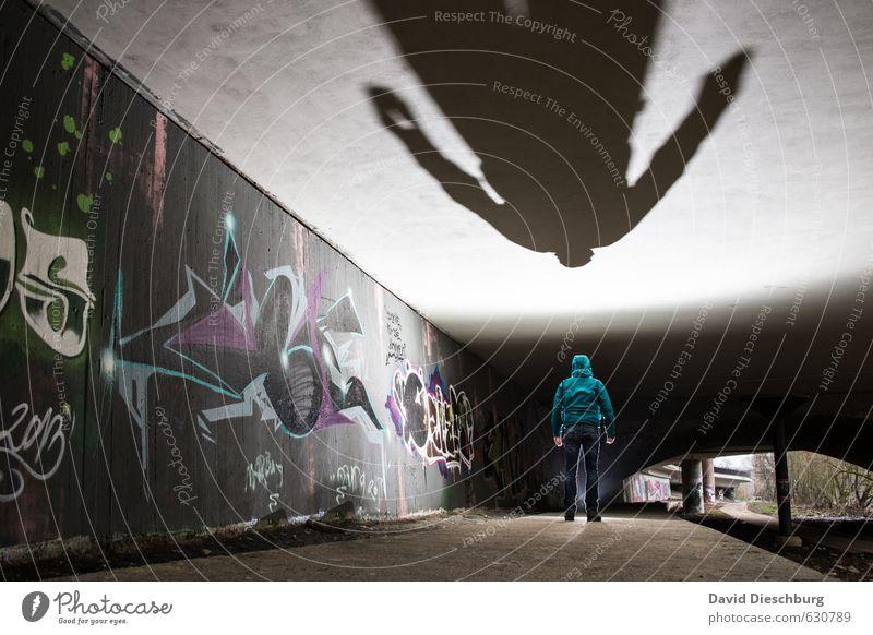 Größer als man ist II Mensch Mann Stadt grün weiß schwarz Erwachsene Graffiti grau Kunst maskulin Fassade Körper Rücken stehen Brücke