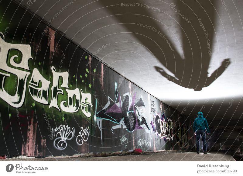 Größer als man ist maskulin Leben Körper 1 Mensch Mauer Wand Fassade blau grau grün violett schwarz weiß Schattenspiel Decke Graffiti Wandmalereien ungesetzlich