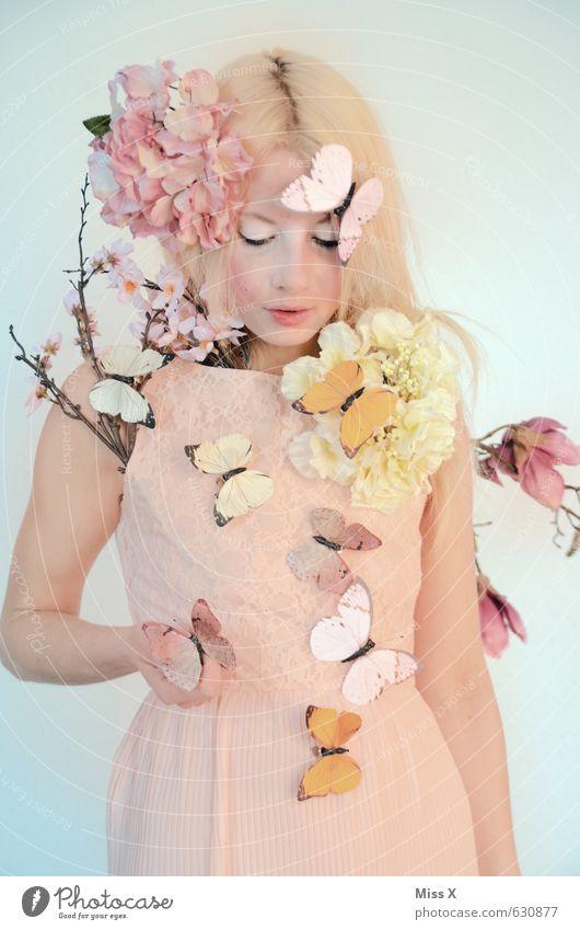 Frühlingsfee schön Mensch feminin Junge Frau Jugendliche 1 18-30 Jahre Erwachsene Blume Blüte Kleid blond Schmetterling Blühend rosa Gefühle Stimmung Vorfreude