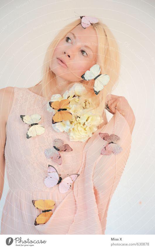 Träume Mensch feminin 1 18-30 Jahre Jugendliche Erwachsene Frühling Blume Blüte Schmetterling schön Gefühle Stimmung Frühlingsgefühle Romantik Fee Elfe blond
