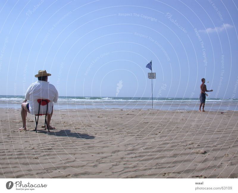 Traumbild Mensch Sommer Strand Sand lustig Stuhl Möbel Frankreich Humor jonglieren