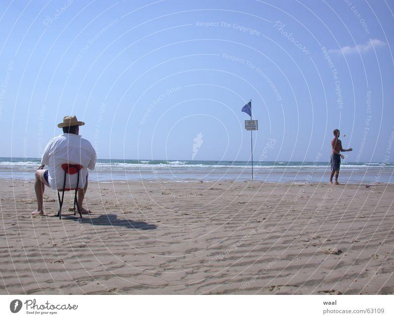 Traumbild Strand Sommer Humor jonglieren Stuhl Möbel Frankreich Mensch lustig Sand