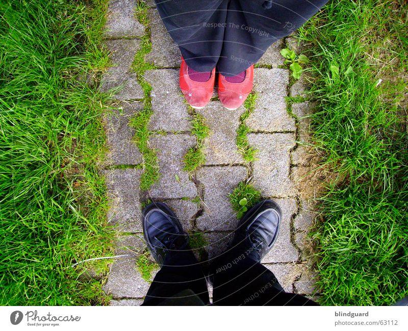 Und nun? rot Liebe schwarz sprechen Gefühle oben Gras Paar Schuhe Zusammensein geschlossen paarweise stehen nah Küssen Leidenschaft