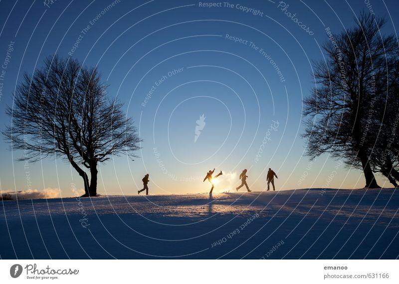 Spass am Schnee Mensch Kind Himmel Ferien & Urlaub & Reisen Mann Baum Landschaft Freude Winter kalt Erwachsene Berge u. Gebirge Bewegung Sport Spielen