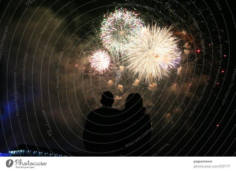 Magic moment Mensch schön dunkel Paar Freundschaft glänzend elegant Brand ästhetisch paarweise leuchten fantastisch Skyline Rauch Feuerwerk Überraschung
