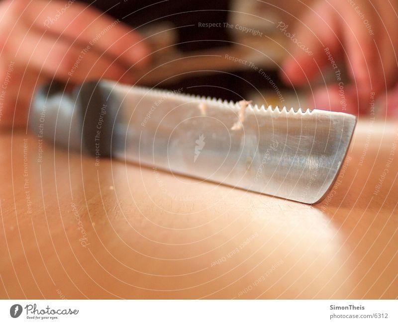 das brotmesser geschnitten Tiefenschärfe Tisch nah Ernährung Makroaufnahme Detailaufnahme Essen zubereiten
