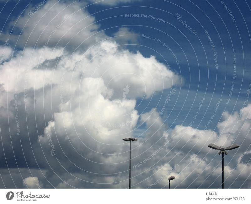 Wolkenparkplatz Parkplatz Lampe Laterne Flutlicht grau Watte dramatisch seltsam aufwärts Stimmung Außenaufnahme Beleuchtung Himmel Wetter meterologie