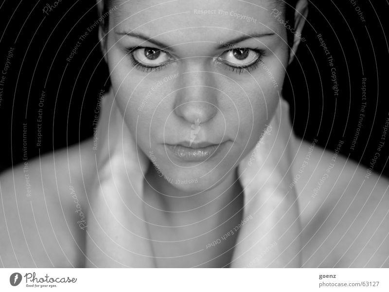 Symetrie Frau weiß schwarz Gesicht Auge Haare & Frisuren Wind Beautyfotografie Model Kosmetik