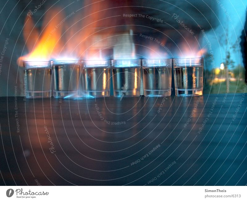 burning sambuka Glas Brand Tisch Alkohol brennen Flamme anzünden Spirituosen