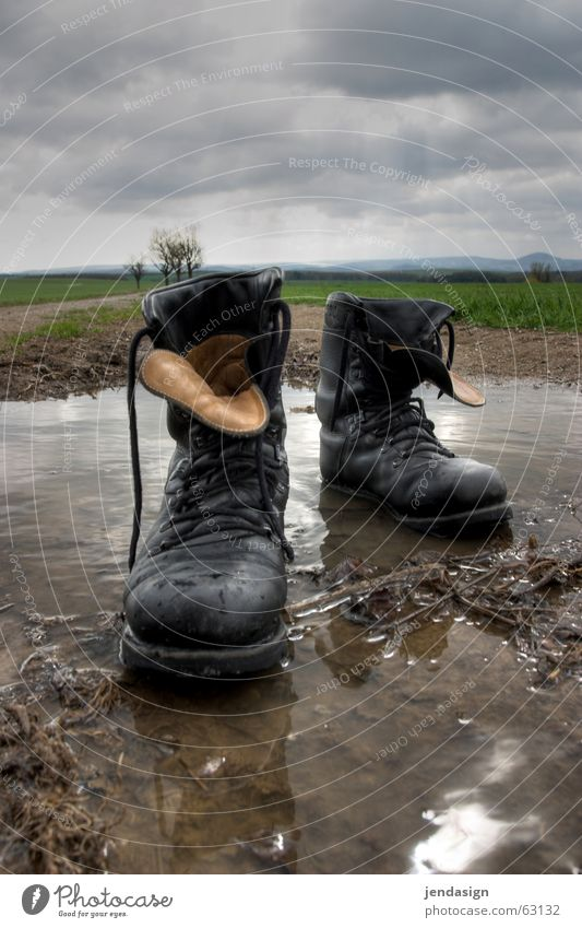 Stiefel aus! Regen Gewalt Pfütze schreiten rechts Armee Schuhbänder Schuhsohle Pazifist Gleichschritt
